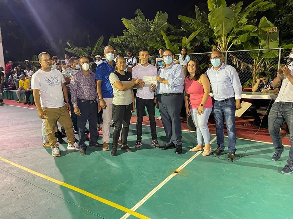 Alcalde hace aporte económico a torneo de baloncesto de Puñal Lourdes.