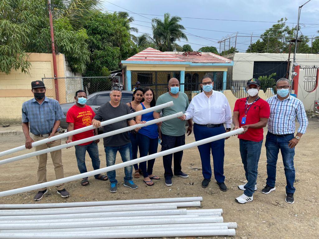 Alcalde Entrega tubos PVC en la comunidad de Matanzas