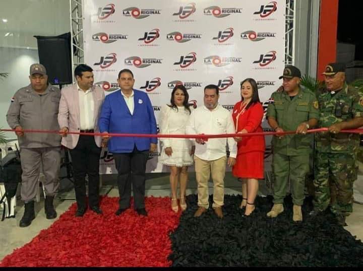 Alcalde Dr. Romero acompaña al empresario Juan Pérez en la apertura de su nueva nave industrial