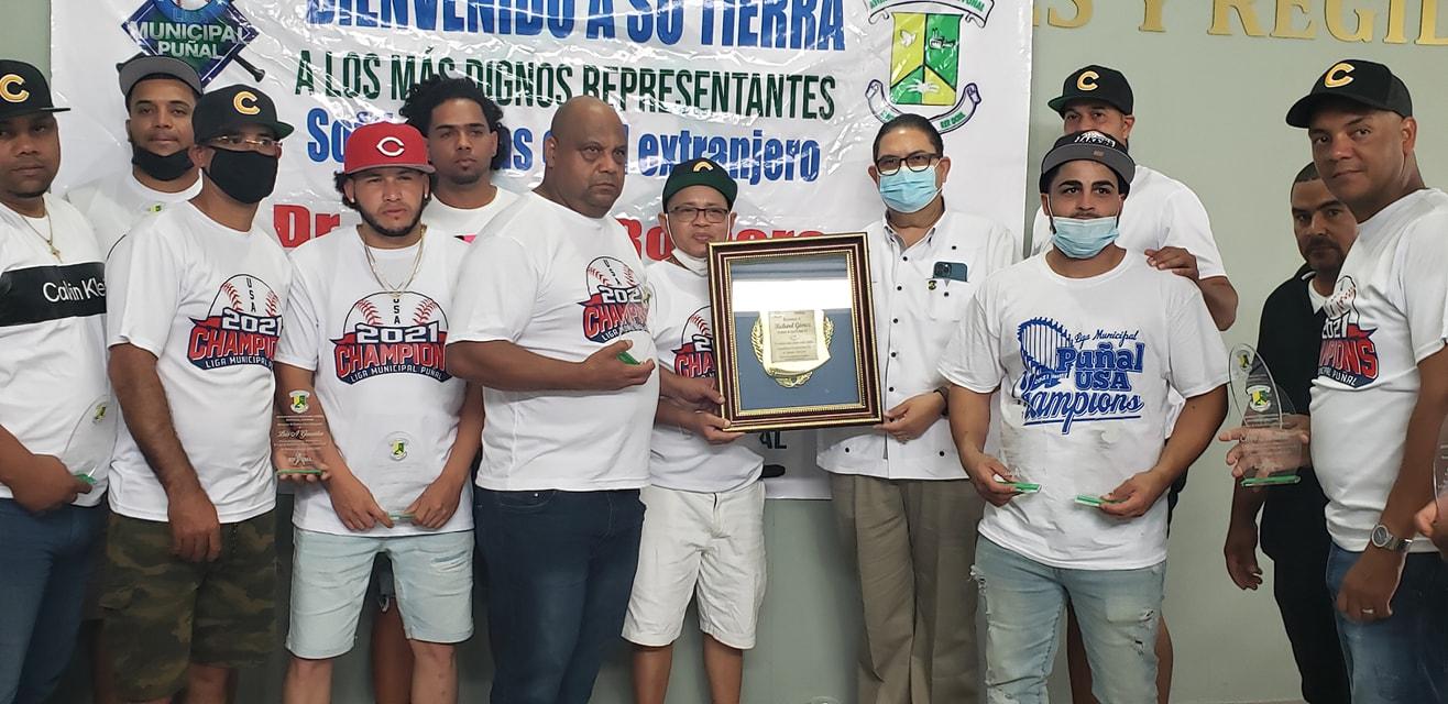 Alcalde Dr. Romero reconoce el trabajo de la liga de Softball Puñal en USA